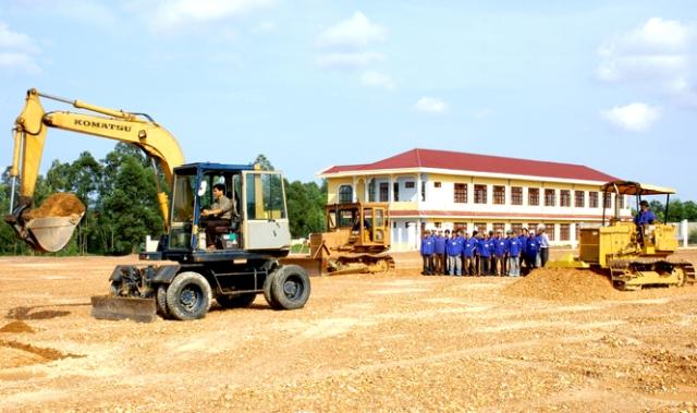 Nhà tuyển dụng chụp ảnh lưu niệm với các ứng viên vị trí thợ vận hàng các thiết bị công nghiệp nặng trước buổi kiểm tra tay nghề